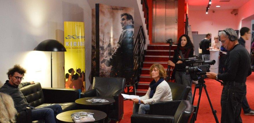Les Euromédiateurs en interview dans l'espace bar du cinéma Olympia.