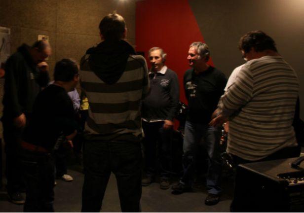 Animateurs, éducateurs et participants se mettent en cercle pour se renvoyer les sons