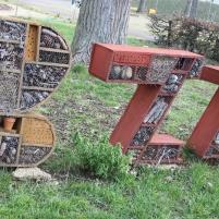 Les enfants des accueils de loisir, accompagnés par la Maison de l'environnement, ont créé ces cabanes à insectes, avec des végétaux récoltés sur l'esplanade.