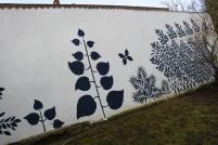 Les habitants ont également décoré un des murs de l'esplanade avec des motifs de feuilles trouvées sur place.