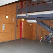 """Les coursives, qui prenaient autrefois tout le bâtiment, ont été """"coupées en deux"""",et sécurisées avec des portes à code."""