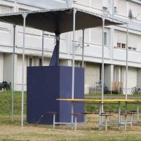 ILe mobilier de l'esplanade permet aux enfants de jouer en bas de l'immeuble et aux nombreuses personnes âgées résidentes de sortir à proximité de leur domicile.