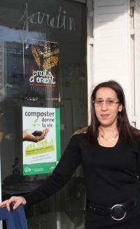 Samira Hassini devant les locaux de l'association, qui va petit à petit vers l'autonomie et est désormais un interlocuteur reconnu de Dijon Habitat, le bailleur social. C'est également devenu un acteur du quartier écouté lors des commissions de quartier.